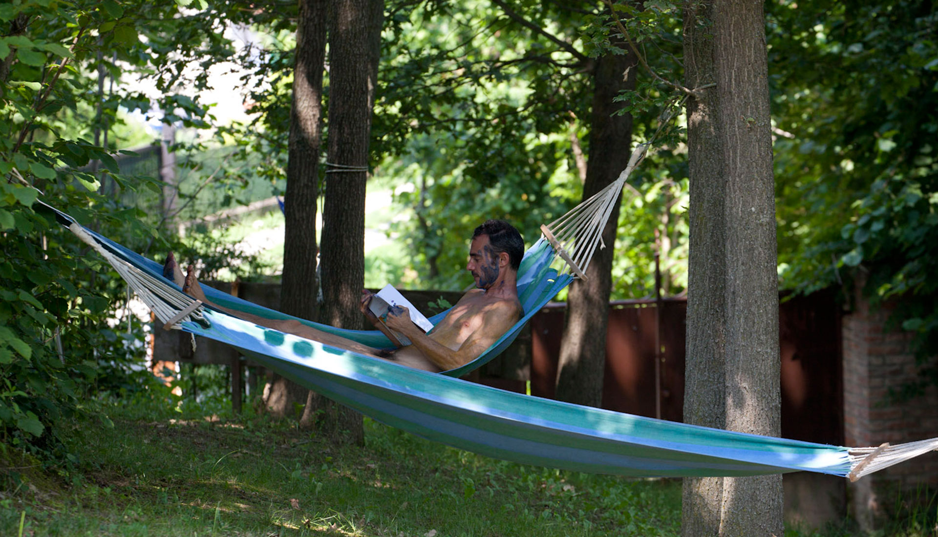 Read a book lying comfortably … in a hammock in the woods